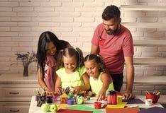 Gosses jouant avec des jouets Peinture et arts de doigt image libre de droits