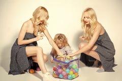 Gosses jouant avec des jouets Petits garçon d'enfant et femmes de jumeaux, parents Photos libres de droits