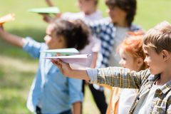 Gosses jouant avec les avions de papier Photos stock