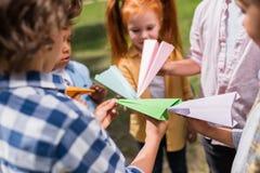 Gosses jouant avec les avions de papier Images stock