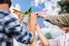 Gosses jouant avec les avions de papier Photographie stock libre de droits