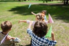 Gosses jouant avec les avions de papier Images libres de droits