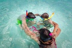 Gosses jouant dans l'eau Photos libres de droits