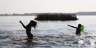 Gosses jouant dans l'eau Images libres de droits