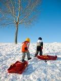 Gosses jouant en hiver Photos stock