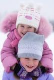 Gosses jouant en hiver Photo libre de droits