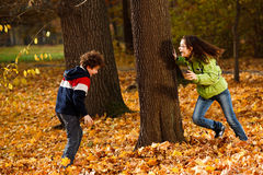 Gosses jouant en stationnement d'automne Image libre de droits