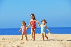 Gosses jouant à la plage Image libre de droits