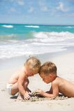 Gosses jouant sur la plage Images libres de droits