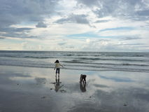Gosses jouant sur la plage Photo stock