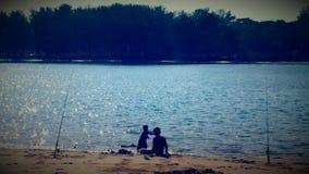 Gosses jouant sur la plage Photo libre de droits