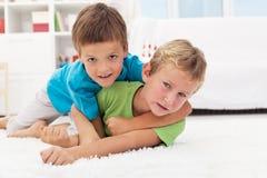 Gosses luttant sur l'étage - jeu de garçons Images libres de droits