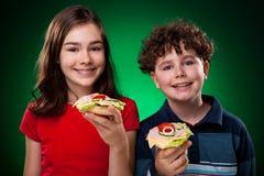 Gosses mangeant les sandwichs sains photo libre de droits