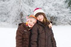 Gosses mignons jouant dans la neige Photo stock