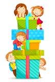 Gosses montant le cadre de cadeau Photographie stock libre de droits