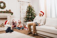 Gosses ouvrant des cadeaux de Noël Images stock