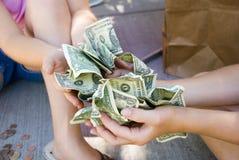 Gosses retenant l'argent Photos libres de droits