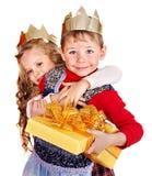 Gosses retenant le cadre de cadeau de Noël. Photo stock