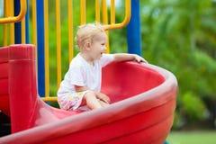 Gosses sur la cour de jeu Jeu d'enfants en parc d'été photo libre de droits