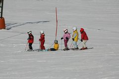 Gosses sur la descente de ski photos stock