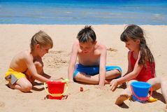 Gosses sur la plage Photos libres de droits
