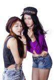Gossiping подростка 2 женщин Стоковые Изображения