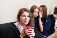 Gossiping a friend in a a cafe Royalty Free Stock Photos