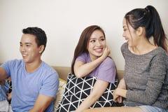 Gossipping kvinnliga vänner arkivbilder