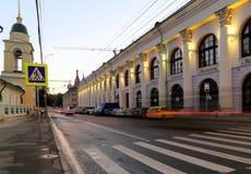 Gostiny Dvor Dziejowy budynek na Varvarka ulicie przy nocą, Moskwa, Rosja Obraz Stock