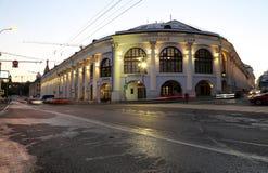 Gostiny Dvor Dziejowy budynek na Varvarka ulicie przy nocą, Moskwa, Rosja Obrazy Royalty Free