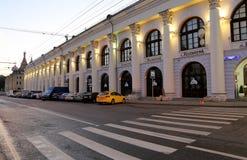 Gostiny Dvor Dziejowy budynek na Varvarka ulicie przy nocą, Moskwa, Rosja Zdjęcie Royalty Free