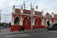 Gostiny Dvor i den gamla Storgen som fyrkanten med en uppsättning av shoppar, är ett symbol av den handels- `en s Kaluga Royaltyfri Fotografi