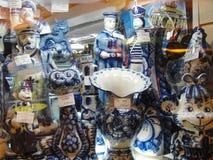 Русские сувениры для продажи к туристам в окне Gostiny Dvor на Nevsky Prospekt - главной туристской улице Санкт-Петербурга Стоковые Изображения RF