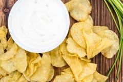 Gosto de Chips Sour Cream da batata no fundo de madeira do vintage fotografia de stock royalty free