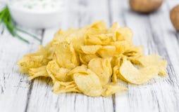 Gosto de Chips Sour Cream da batata no fundo de madeira do vintage imagens de stock