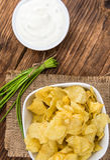 Gosto de Chips Sour Cream da batata no fundo de madeira do vintage foto de stock royalty free
