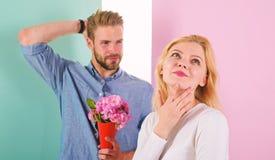 Gostos machos para surpreender a mulher Data de espera da menina O ramalhete floresce a ideia sempre agradável do presente Pouca  imagem de stock
