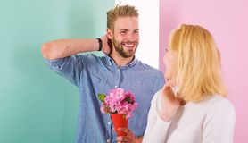 Gostos machos para surpreender a mulher Homem pronto para a data perfeita O ramalhete floresce a ideia sempre agradável do presen imagens de stock