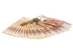 gotówkowy tło biel Klucze mieszkanie na pieniądze Rachunki 5 tysiąc ruble, rozprzestrzeniają za fan jak obrazy stock