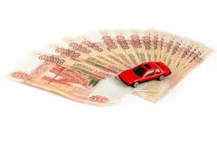 gotówkowy tło biel Zabawkarski samochód na pieniądze Rachunki 5 tysiąc ruble, rozprzestrzeniają za fan jak zdjęcia stock