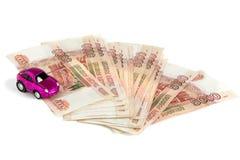 gotówkowy tło biel Zabawkarski samochód na pieniądze Rachunki 5 tysiąc ruble, rozprzestrzeniają za fan jak fotografia stock