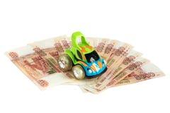 gotówkowy tło biel Zabawkarski samochód na pieniądze Rachunki 5 tysiąc ruble, rozprzestrzeniają za fan jak zdjęcie stock