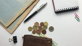 Gotówka z pieniądze na białym biurowym biurku zbiory