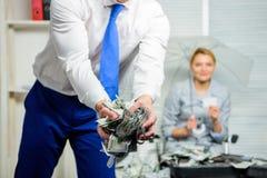 Gotówkowej dolarowej waluty biurowy tło defocused Kredytowa pożyczka lub zysk Czarny gotówkowy pojęcie Dolarowi banknoty miący obrazy royalty free