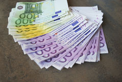 Gotówkowi Euro banknoty rozprzestrzeniają out na stole Obraz Royalty Free