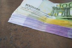 Gotówkowi Euro banknoty rozprzestrzeniają out na stole Obraz Stock
