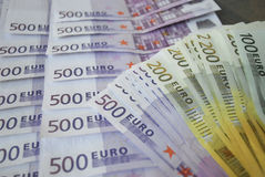 Gotówkowi Euro banknoty rozprzestrzeniają out na stole Fotografia Royalty Free
