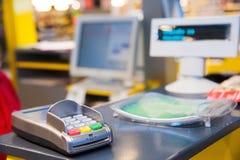 Gotówkowy biurko z płatniczym terminal w supermarkecie Zdjęcia Royalty Free