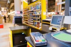 Gotówkowy biurko z płatniczym terminal w supermarkecie Obraz Stock