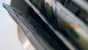 Gotówkowy pieniądze sprawdzał wewnątrz pracującą maszynę zdjęcie wideo